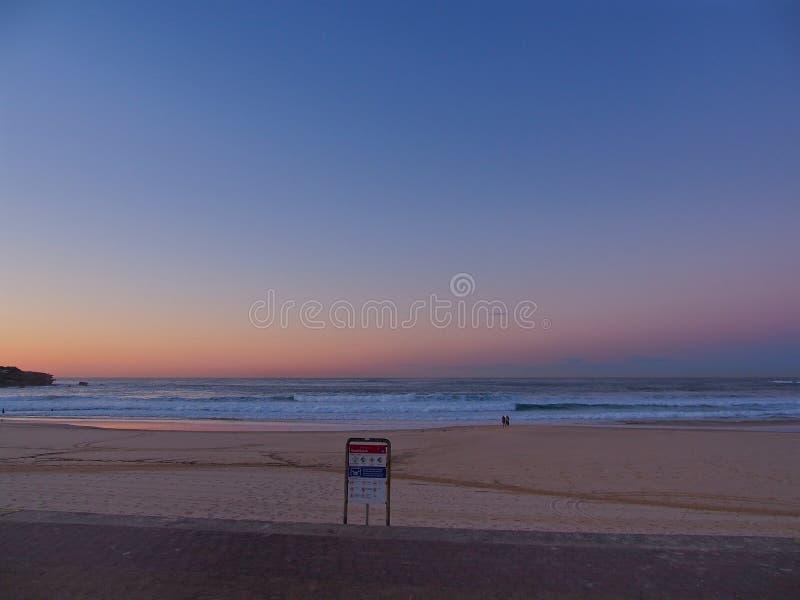 Nascer do sol na praia de Bondi imagem de stock