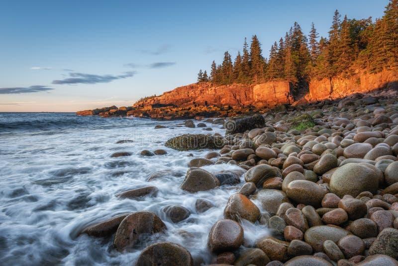 Nascer do sol na praia de Boulder no parque nacional do Acadia fotografia de stock royalty free