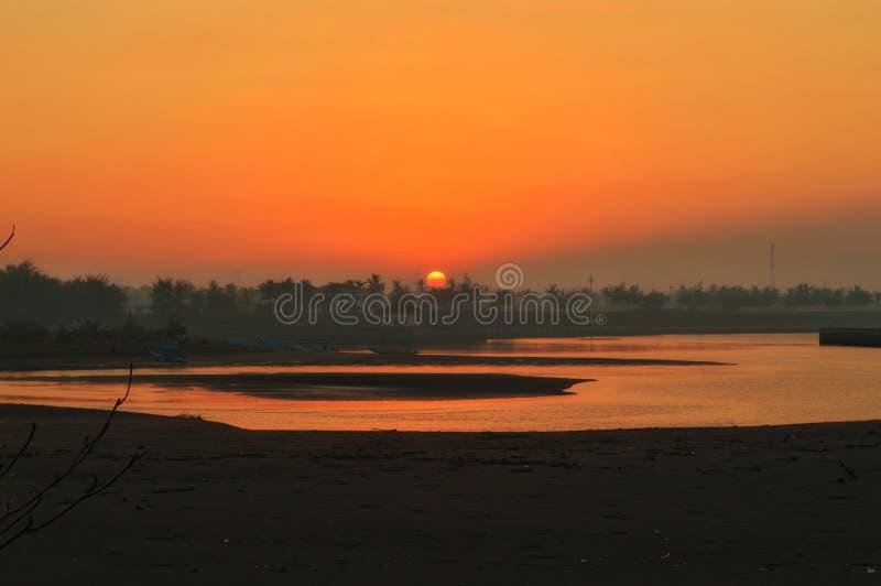 Nascer do sol na praia de Glagah foto de stock royalty free