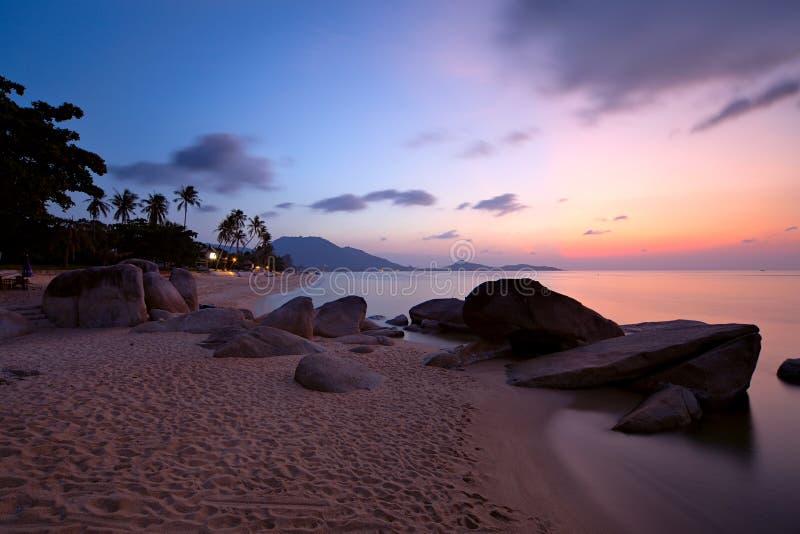 Nascer do sol na praia de Lamai imagem de stock royalty free