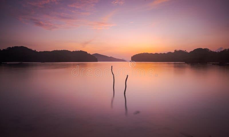 Nascer do sol na praia de Tawang, Pacitan imagem de stock