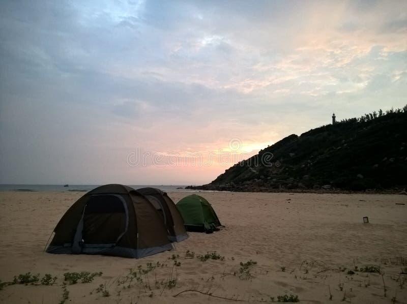 Nascer do sol na praia de Vietname foto de stock