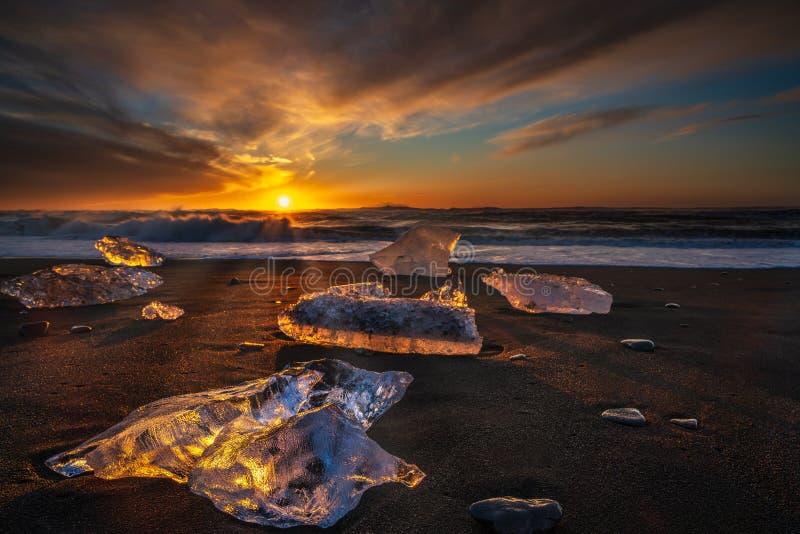Nascer do sol na praia do diamante, perto da lagoa da geleira de Jokulsarlon imagem de stock