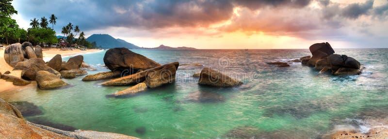 Nascer do sol na praia do lamai imagem de stock