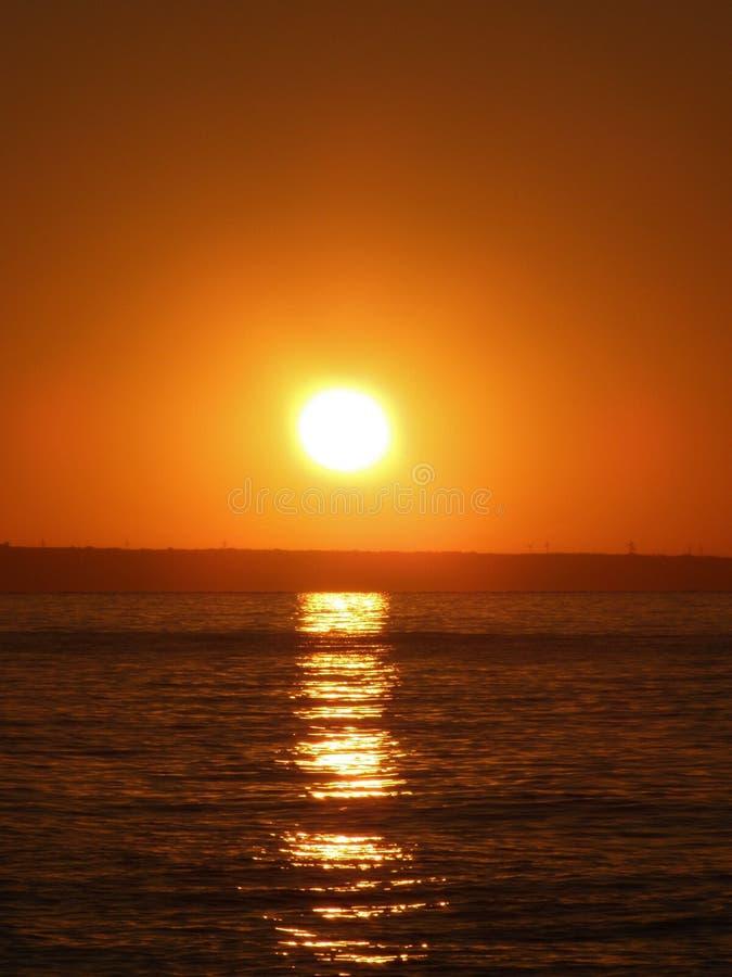 Nascer do sol na praia do Mar Negro foto de stock