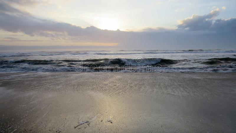 Nascer do sol na praia nos bancos exteriores foto de stock royalty free