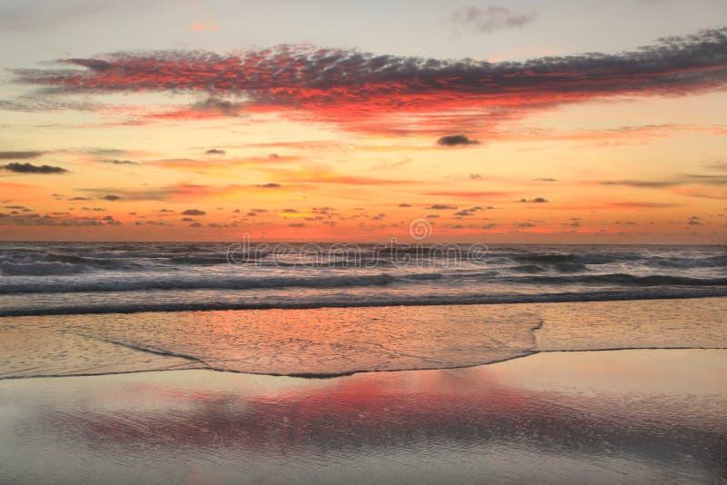 Nascer do sol na praia nos bancos exteriores fotos de stock royalty free