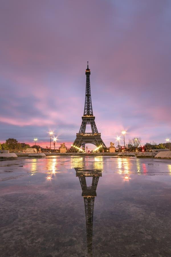 Nascer do sol na reflexão da torre Eiffel fotografia de stock