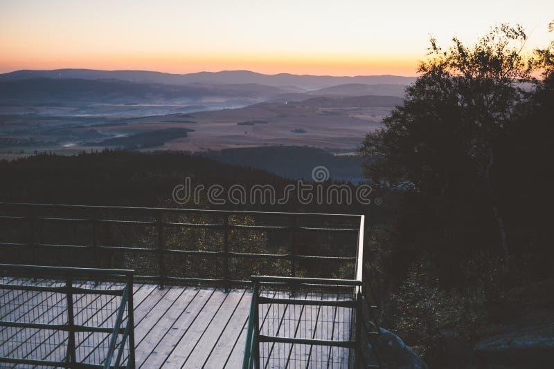Nascer do sol nas montanhas imagem de stock royalty free