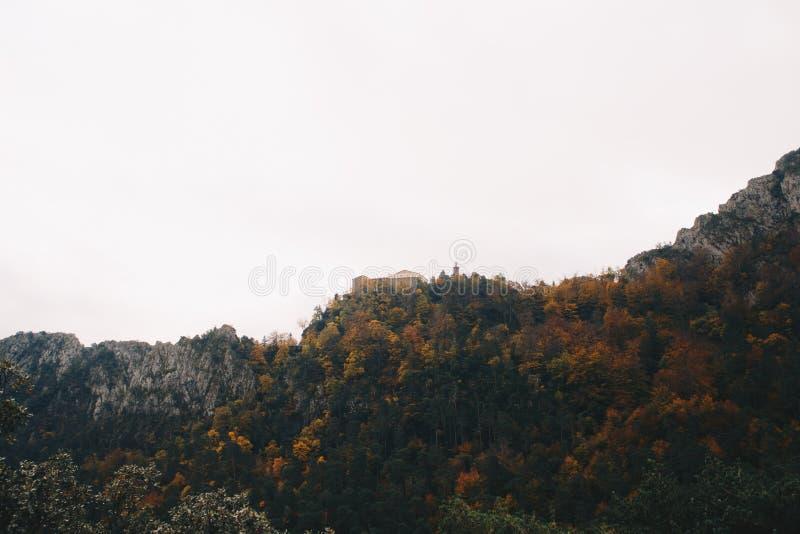 Nascer do sol nas montanhas e em uma catedral na parte superior fotografia de stock