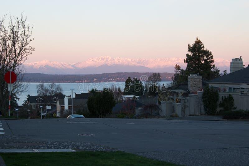 Nascer do sol nas montanhas olímpicas das ruas de Seattle imagens de stock royalty free