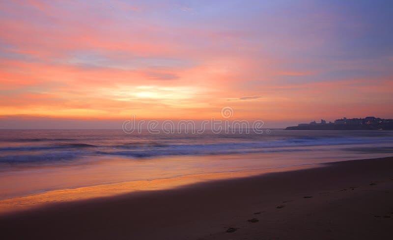 Nascer do sol nebuloso na praia de Tynemouth Longsands fotos de stock royalty free
