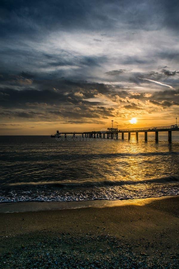 Nascer do sol nebuloso perto da baía de Burgas fotos de stock