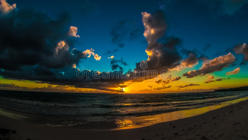 Nascer do sol nebuloso sobre o mar das caraíbas fotos de stock royalty free