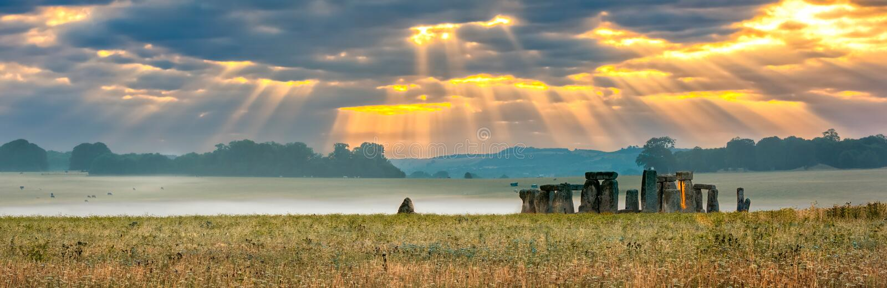 Nascer do sol nebuloso sobre Stonehenge fotografia de stock