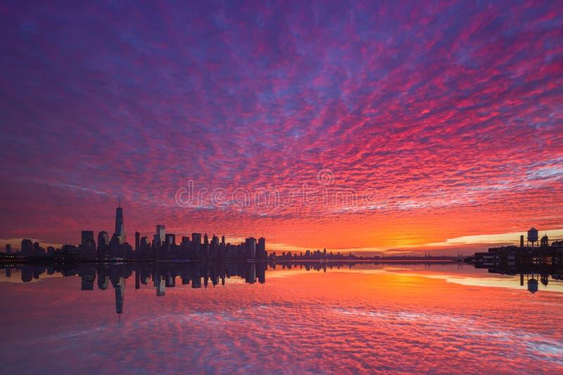 Nascer do sol nebuloso vibrante de Manhattan fotografia de stock royalty free