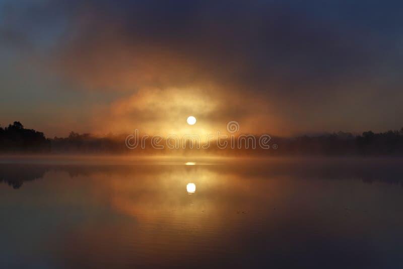 Nascer do sol nevoento do lago em Minnesota fotografia de stock