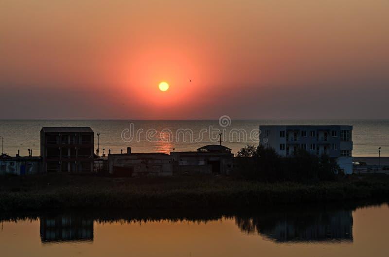 Nascer do sol no beira-mar, na areia e na água clara, a costa do Mar Negro fotos de stock