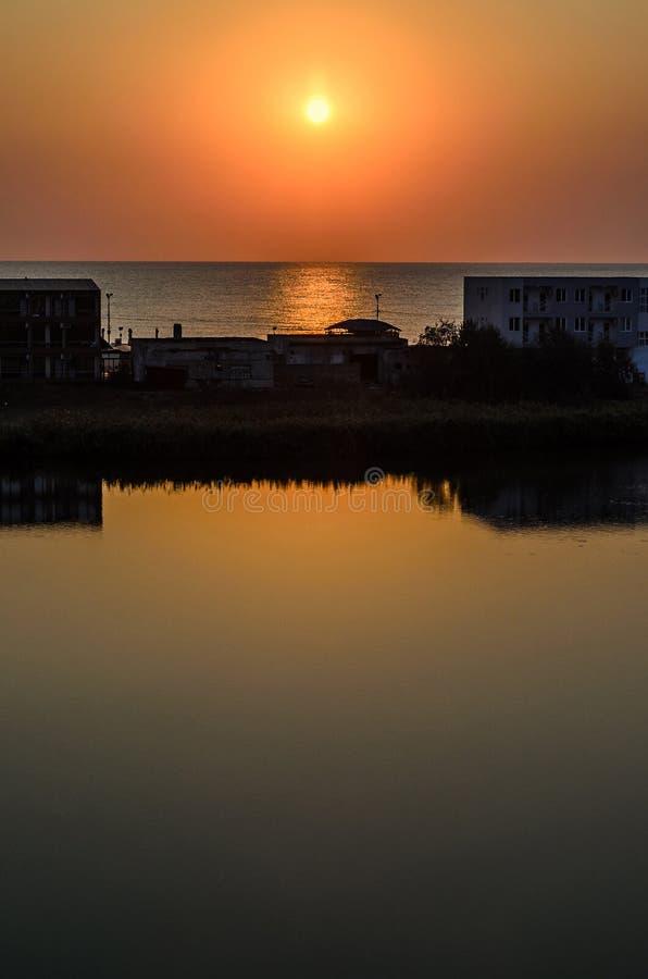 Nascer do sol no beira-mar, na areia e na água clara, a costa do Mar Negro imagens de stock royalty free
