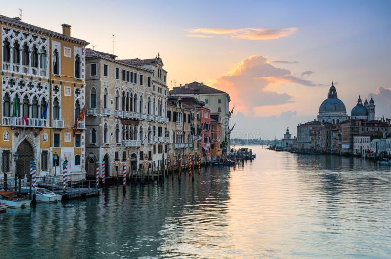Nascer do sol no canal grande em Veneza, Itália imagens de stock