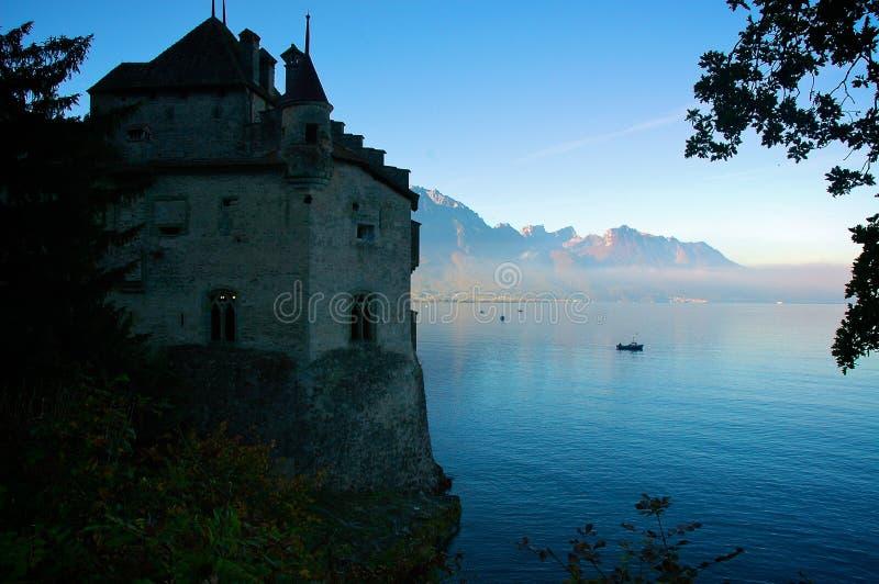 Nascer do sol no castelo Chillon fotos de stock royalty free