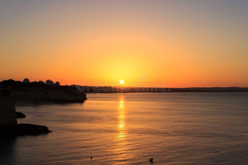 Nascer do sol no ` de Senhora a Dinamarca Hora do `, o Algarve, Portugal fotos de stock
