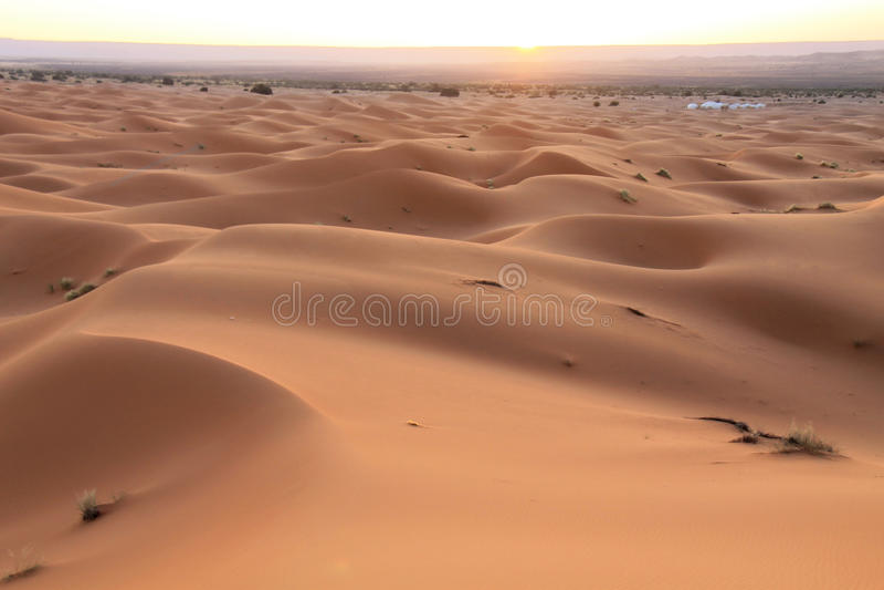 Nascer do sol no deserto de Sahara Marrocos, Norte de África fotos de stock royalty free