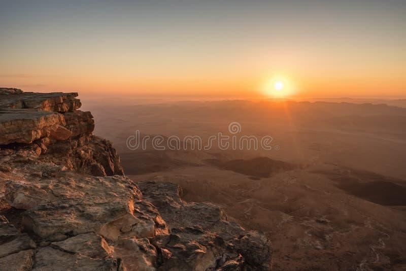 Nascer do sol no deserto do Negev Makhtesh Ramon Crater em Israel imagens de stock