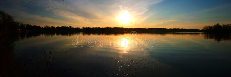 Nascer do sol no lago agradável imagens de stock royalty free