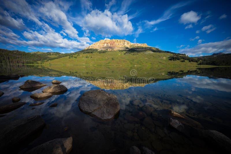Nascer do sol no lago com o urso ao montículo no fundo, Montana imagem de stock royalty free