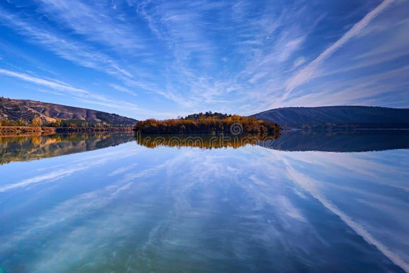 Nascer do sol no lago Eymir, Ancara Turquia fotos de stock