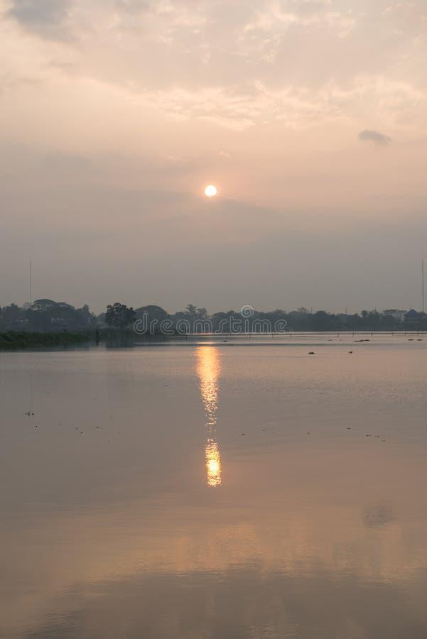 Nascer do sol no lago kwan Phayao foto de stock
