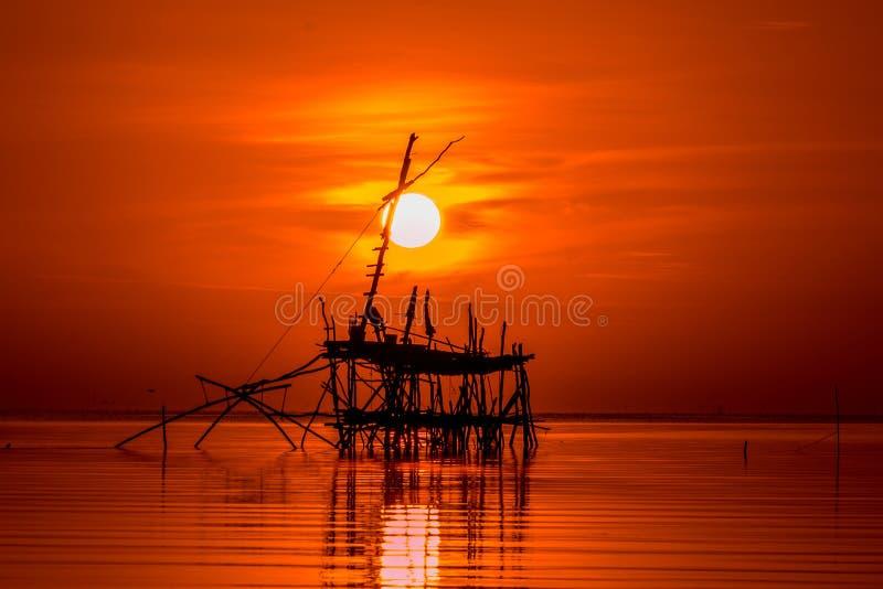 Nascer do sol no lago Phatthalung Tailândia do songkhla fotos de stock royalty free