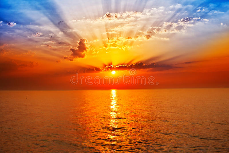 Nascer do sol no mar imagens de stock