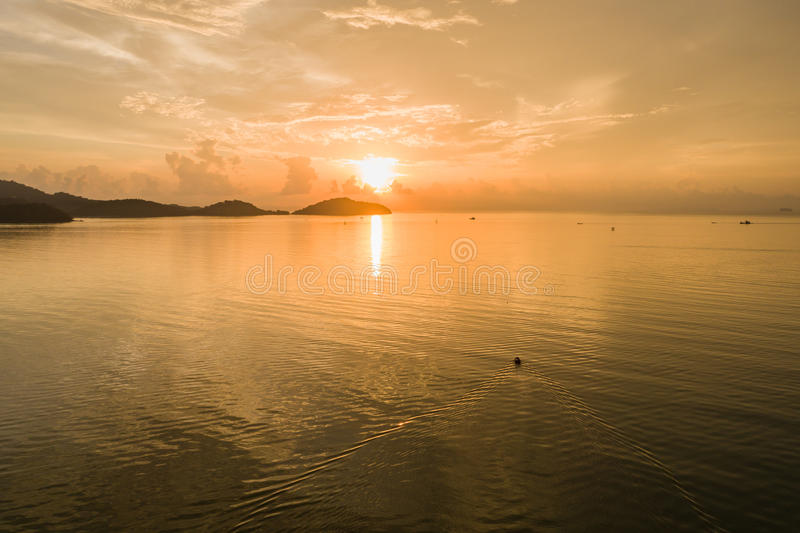 Nascer do sol no mar e nos barcos de pesca em Phuket, Tailândia aéreo fotos de stock royalty free