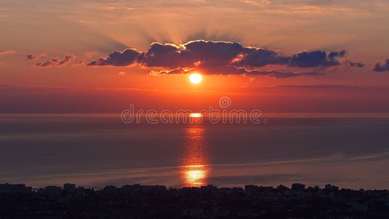 Nascer do sol no millor de cala, c?u dram?tico impetuoso vermelho acima do mar Mediterr?neo, mallorca, spain fotografia de stock