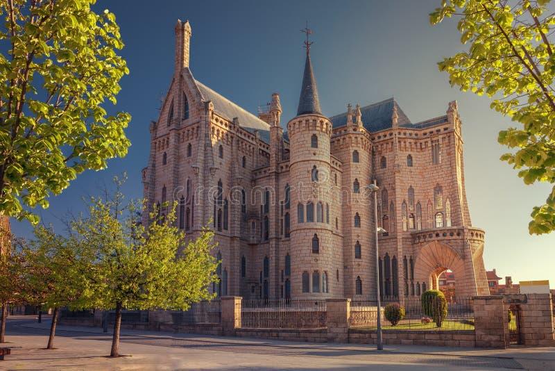 Nascer do sol no palácio episcopal Astorga, rota do peregrino ao doce do St fotografia de stock
