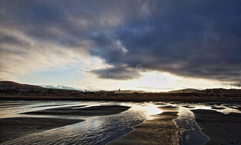 Nascer do sol no parque estadual da praia da baía de Morro - férias populares/ponto de acampamento na costa central EUA de Califó imagens de stock royalty free