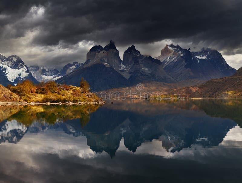 Nascer do sol no parque nacional de Torres del Paine foto de stock