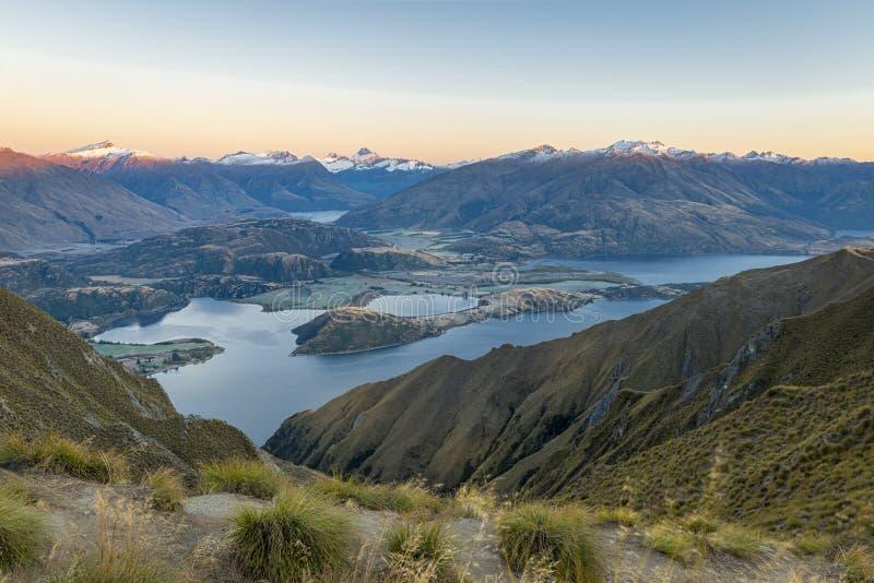 Nascer do sol no pico de Roy, lago Wanaka, Nova Zelândia imagens de stock