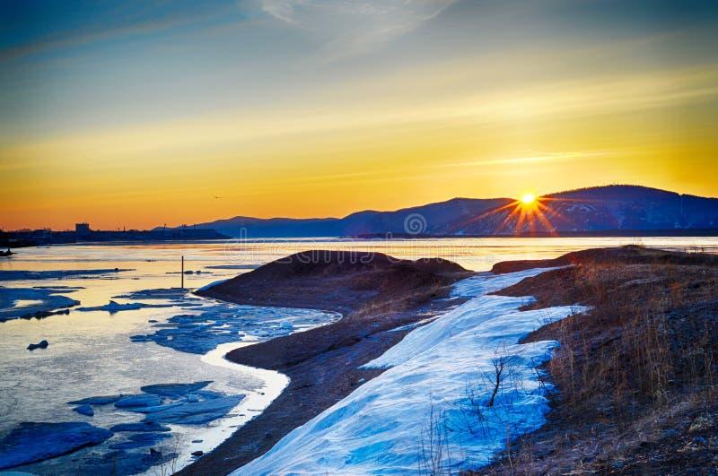 Nascer do sol no rio Amur na primavera imagens de stock royalty free