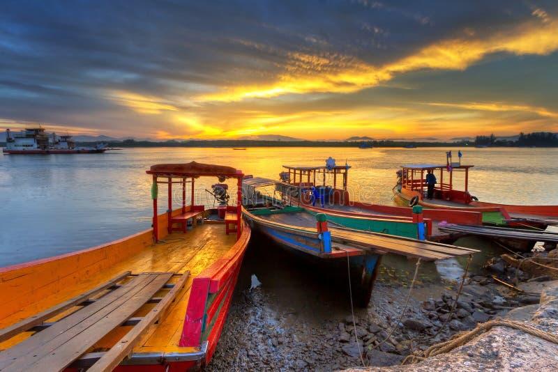 Nascer do sol no rio no Koh Kho Khao fotografia de stock