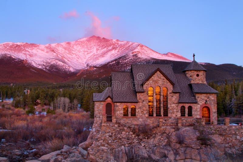 Nascer do sol no St Malo Church fora de Estes Park Colorado imagens de stock