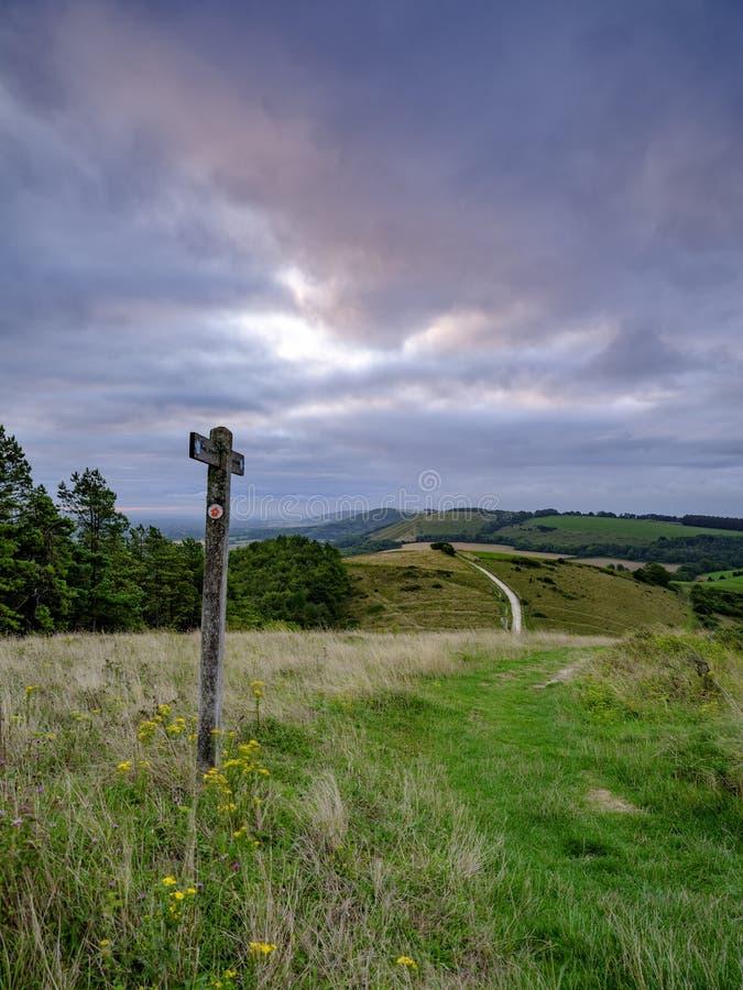 Nascer do sol nublado nebuloso do ver?o sobre o passeio sul da maneira das penas de Beacon Hill e de Harting para baixo nas penas imagens de stock