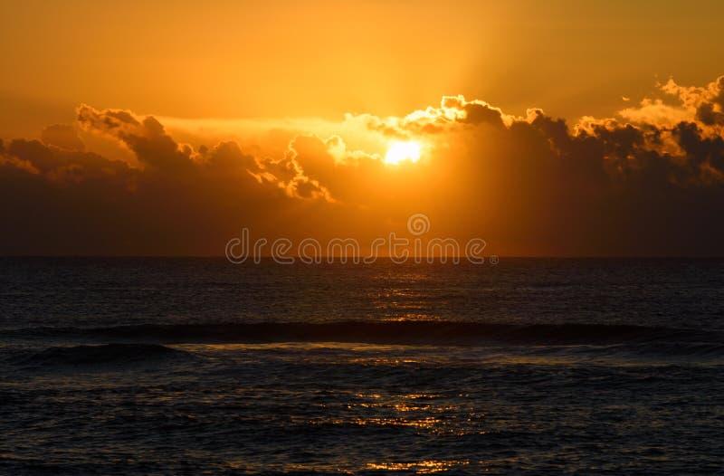Nascer do sol ou por do sol dourado sobre o mar A luz solar reflete das ondas de água imagens de stock royalty free