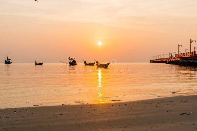Nascer do sol público da área na ponte de Saranvitee no prachuab do ao com a silhueta do barco de pesca pequeno, província de Pra imagem de stock royalty free