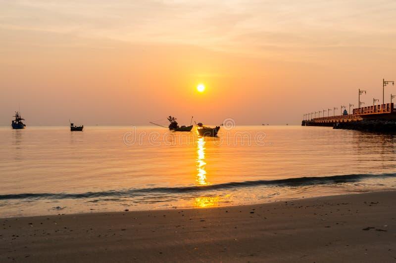 Nascer do sol público da área na ponte de Saranvitee no prachuab do ao com a silhueta do barco de pesca pequeno, província de Pra foto de stock