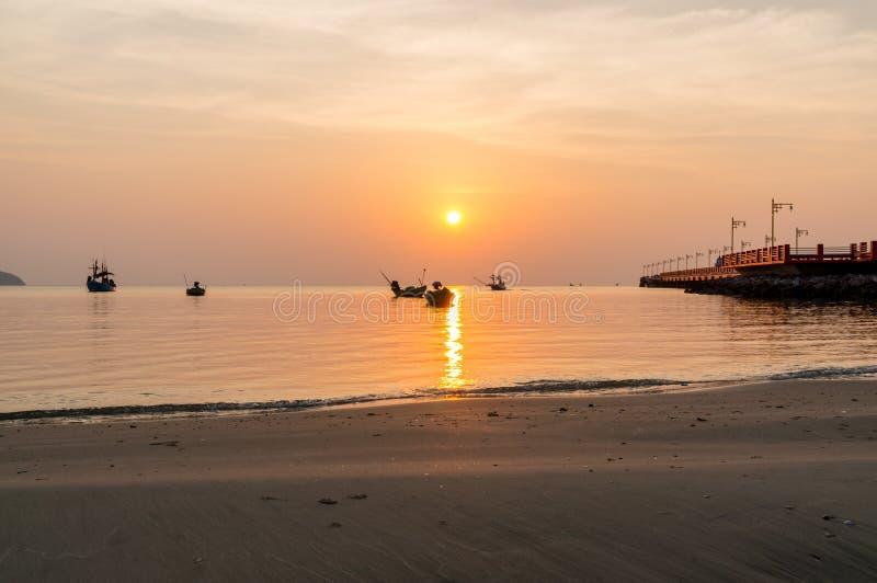 Nascer do sol público da área na ponte de Saranvitee no prachuab do ao com a silhueta do barco de pesca pequeno, província de Pra foto de stock royalty free