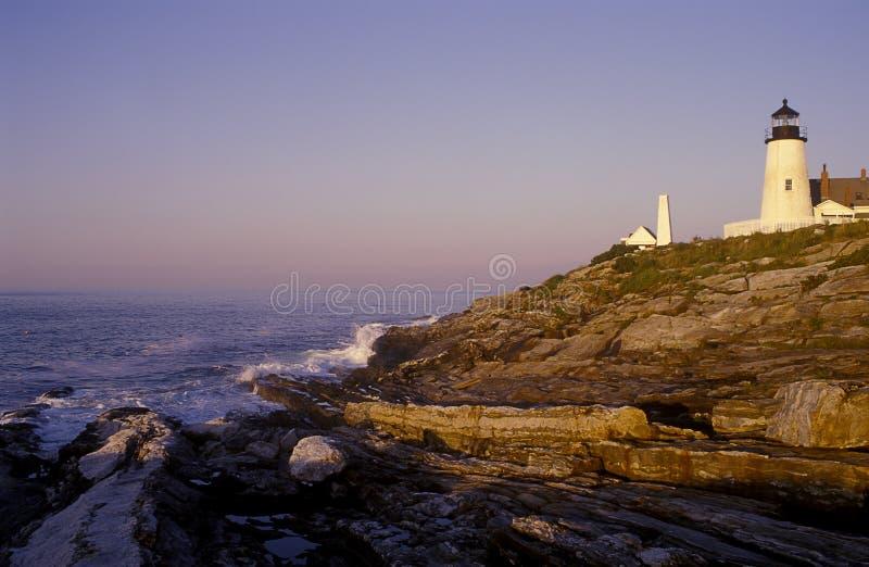 Nascer do sol pelo farol de Pemaquid sobre formações de rocha Geological originais em Maine fotos de stock royalty free