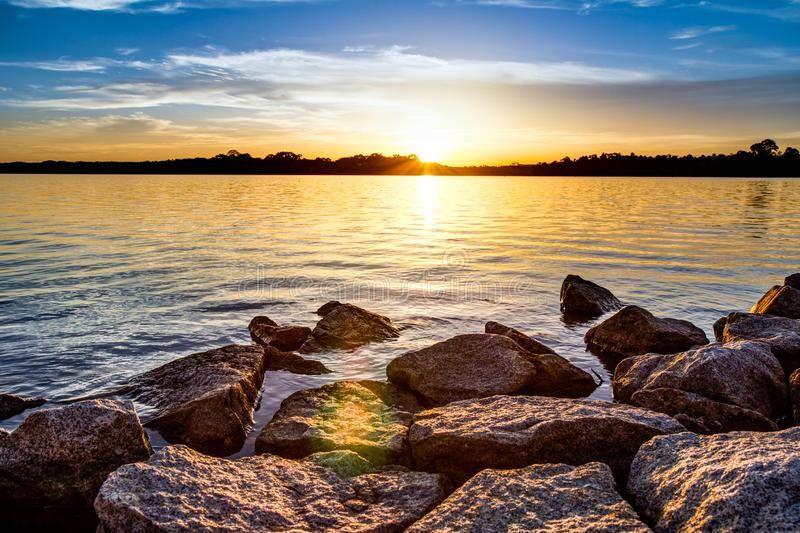 Nascer do sol pelo lago fotografia de stock royalty free